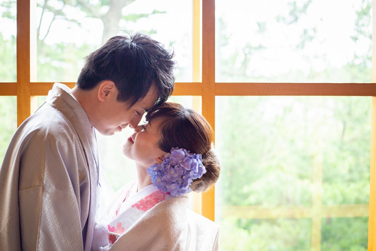 時間と共に色を変える海を背景に、笑顔溢れる結婚式